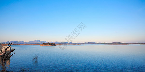 寂静的湖面图片