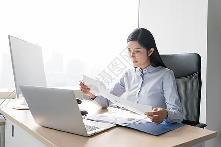 职业女性看数据报表思考图片
