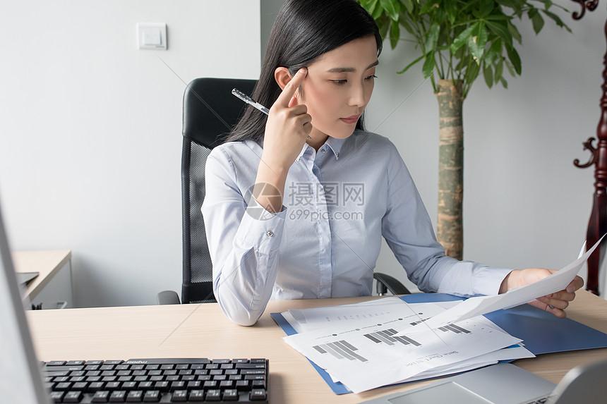职业女性工作照片_工作思考业务职业女性看数据报表思考图片职业女性看数据报表思考图片