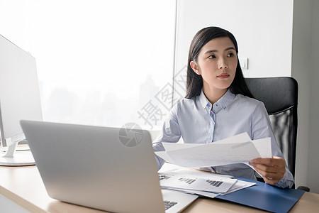 正在工作打电脑的商务人士职场女性图片