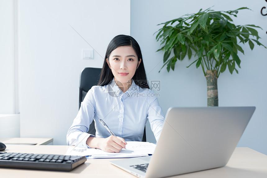 认真工作自信的商务女性图片