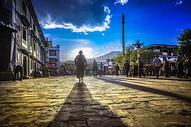 拉萨大昭寺老人背影图片