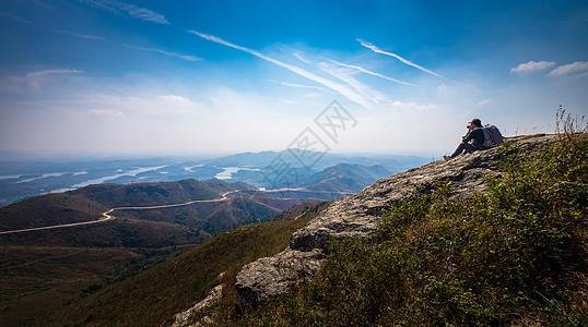 探险旅行摄影攀登山顶远看群山风景图片