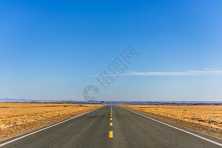 草原上看不到尽头的公路图片