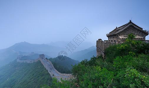 清晨晨雾中巍峨壮观的长城图片