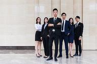 大厦内的商务团队形象图片