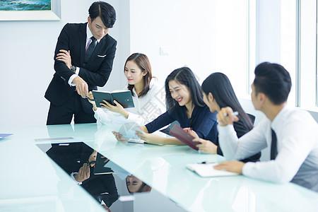 商务团队会议室开会讨论图片