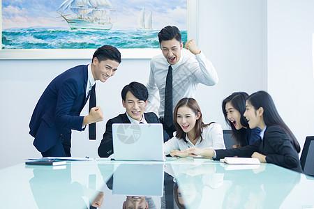 商务人士会议室开会讨论图片