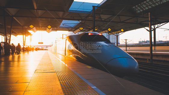 夕阳下驶来的高铁列车图片