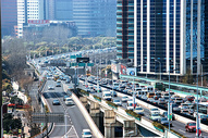 城市高架上的车流图片