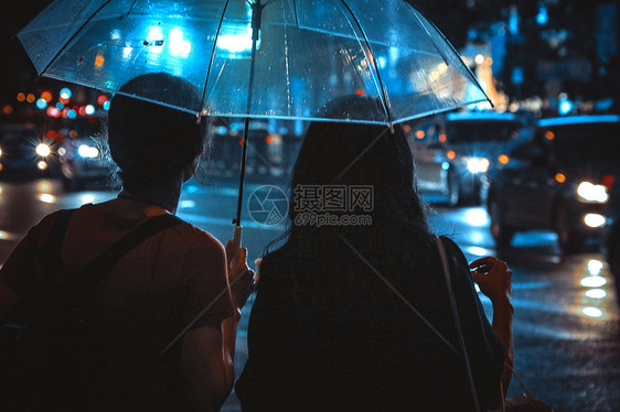 雨天陪伴的人图片