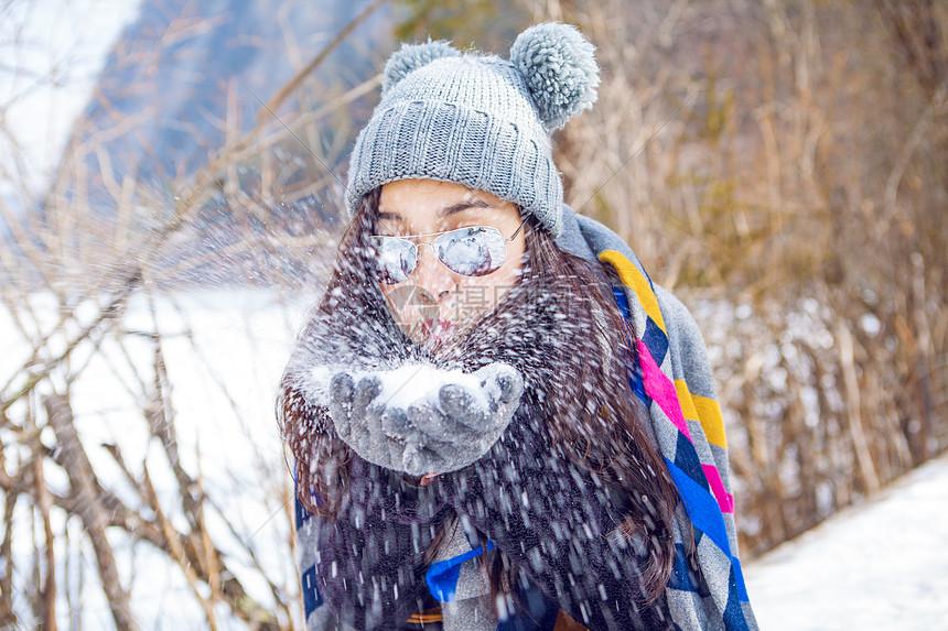 吹雪花的女孩图片