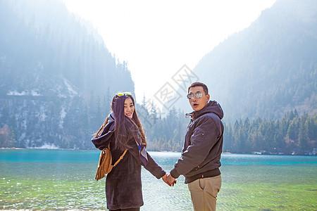 九寨沟五彩池上牵手的情侣图片