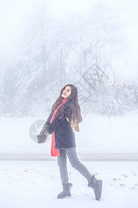 雪地里的女性写真图片