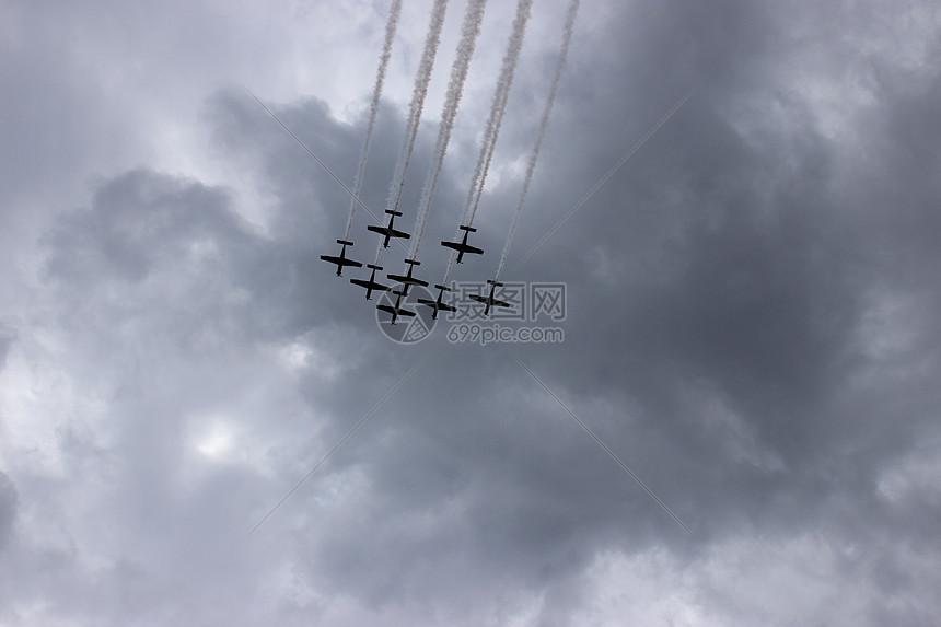 天空中的航展飞机图片