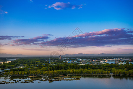 蓝天白云下的城市图片