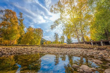 纯净的金秋池塘图片