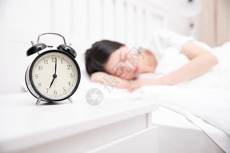 熟睡中的年轻美女图片