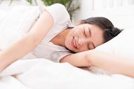 睡觉醒来的年轻女性图片