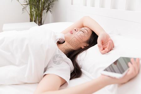拿着手机玩手机睡着的女生图片