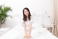 早起起床伸懒腰的年轻女性图片