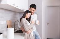 在厨房喝水的情侣图片