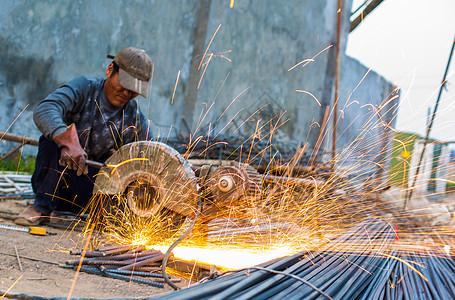 建筑工人切割钢材图片