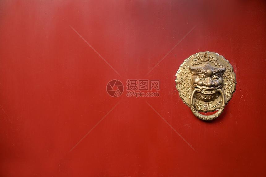 古建筑的红色大门铜环图片