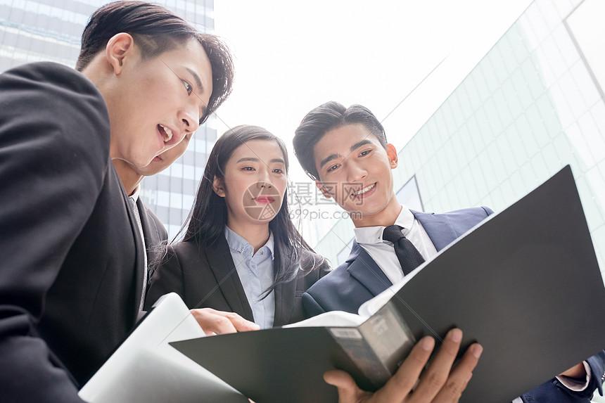 商务团队写字楼下讨论项目图片