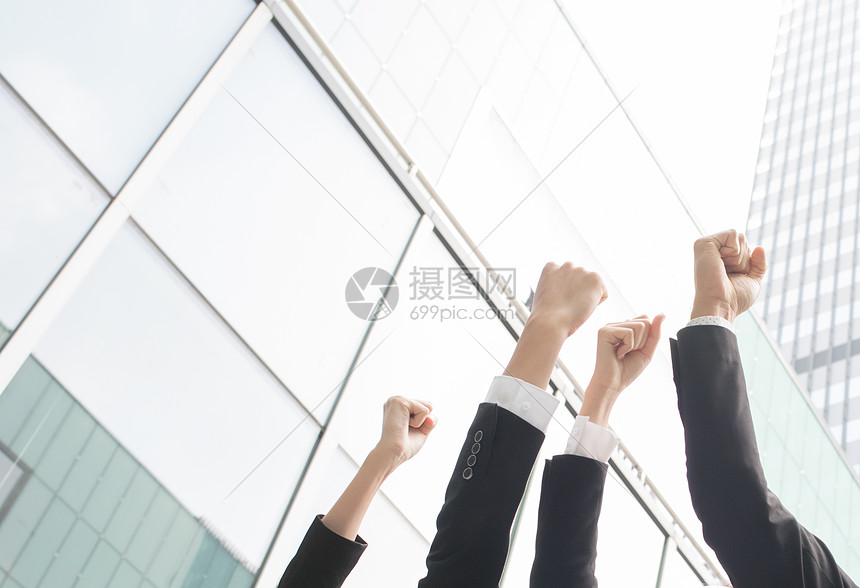 商务团队举手欢呼胜利图片