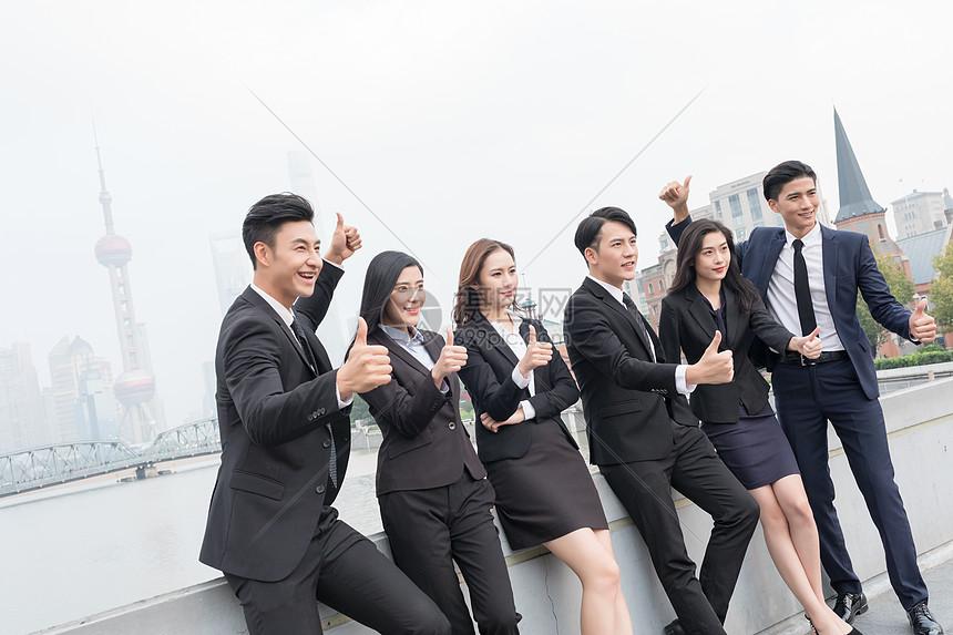 商务团队欢呼点赞竖大拇指图片