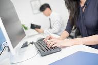 正在打键盘的工作人员图片