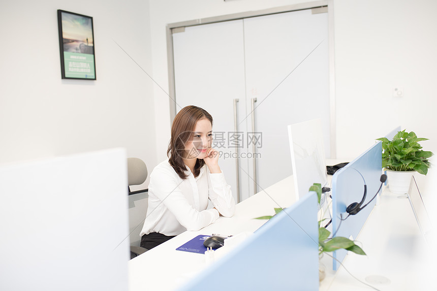 办公室里正在工作的商务人士图片