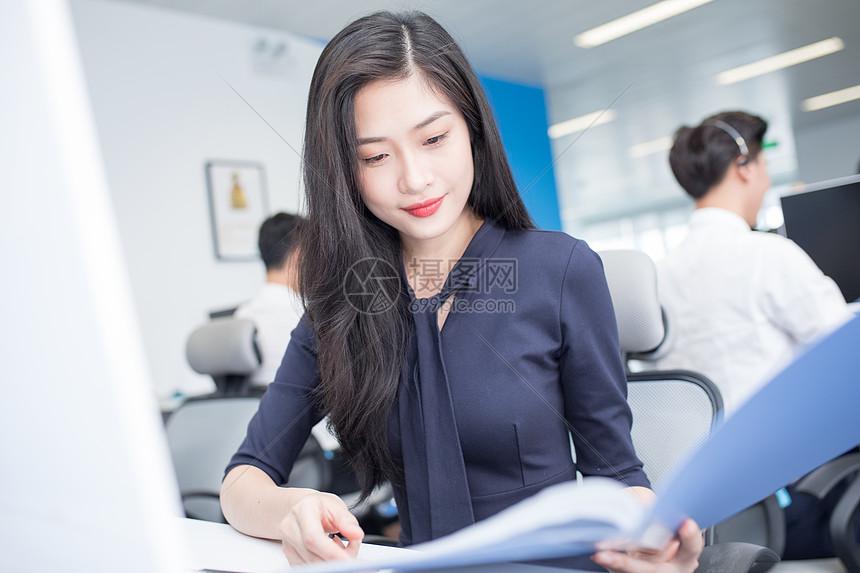 办公室里工作的商务女职员图片