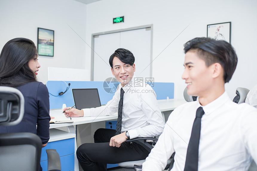 办公室里一起工作的商务人士图片