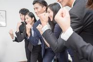 办公室里讨论工作的商务团队500714794图片