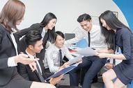 办公室里讨论工作的商务团队500714799图片