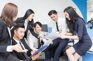 办公室里讨论工作的商务团队500714800图片
