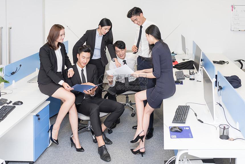办公室里讨论工作的商务团队图片