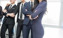 会议室里站成一排的商务团队图片