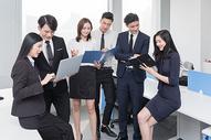 办公室里讨论工作的商务团队500714812图片
