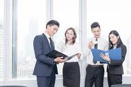 办公室里讨论工作的商务团队500714819图片
