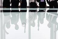 站在办公室窗前的商务团队图片