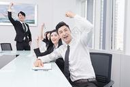 商务团队欢呼狂欢图片