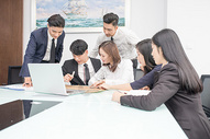 会议室里讨论工作的商务团队图片