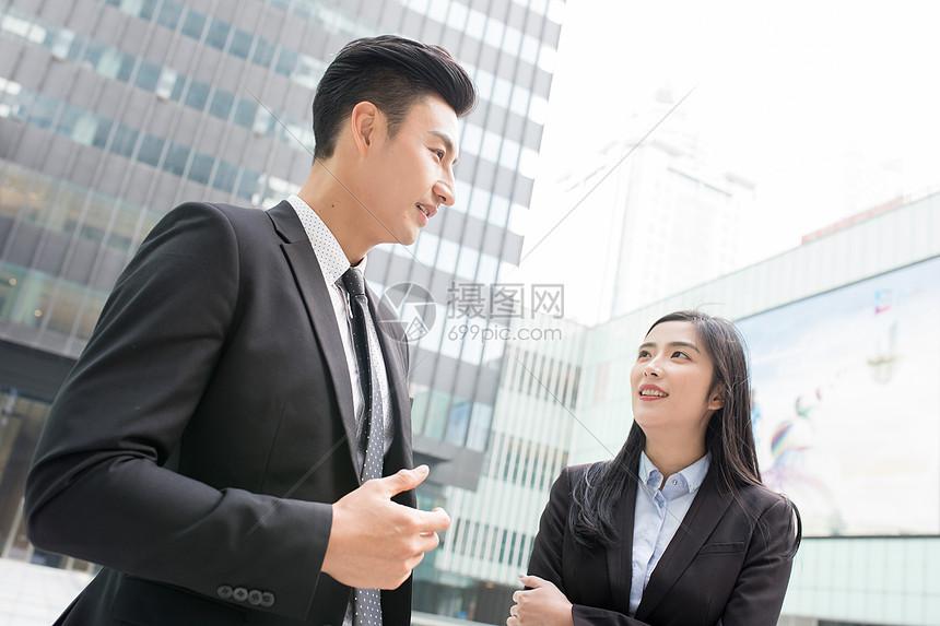站在写字楼下交流的商务人士图片