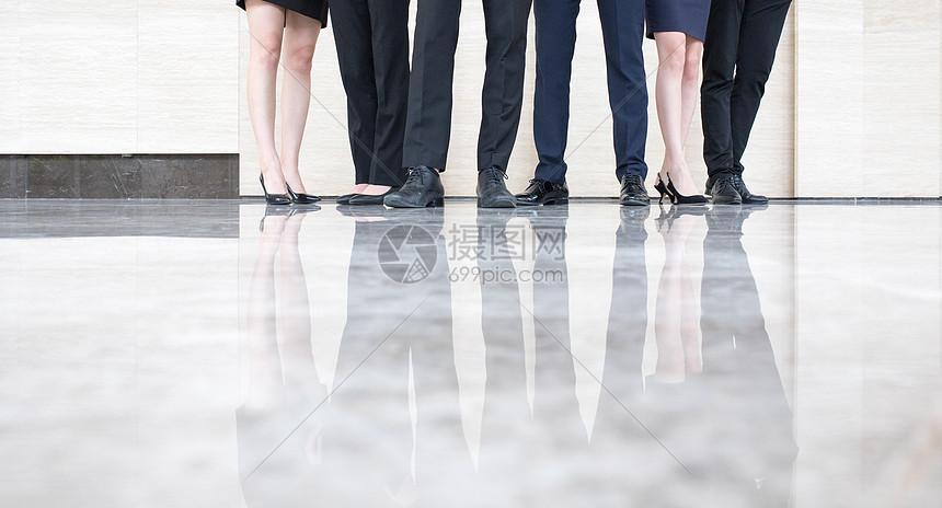 商务团队脚部特写图片