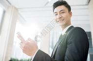 商务人士拿手机特写图片