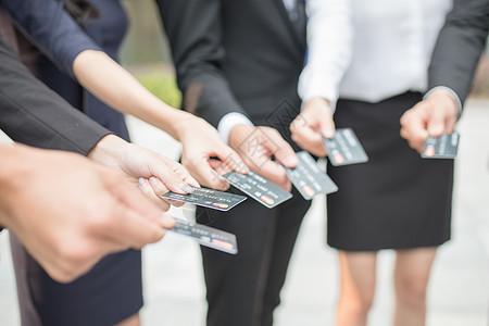 商务团队手拿信用卡特写图片