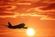 夕阳下的航空运输机剪影图片
